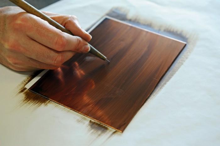 Dessin à la pointe sèche sur une plaque recouverte de vernis.